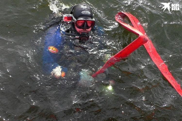 Чтобы добраться до корабля, водолазы ныряют на 15 метров