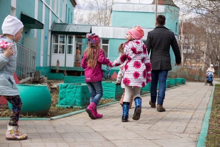 Дети с удовольствием соберут игрушки на прогулке, если пакет будет от них убегать. Фото: Ксения Третьякова.