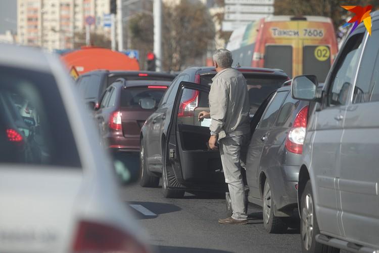 Стоящие в пробке водители говорят, что остановлено движение.