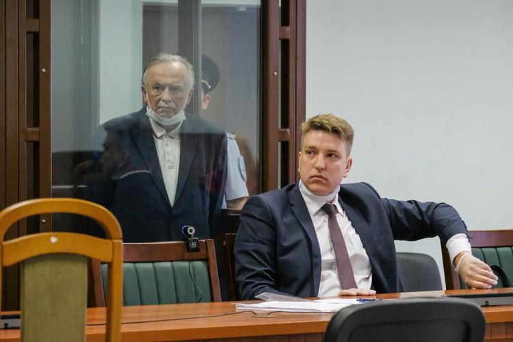 Доцент Соколов теперь молча слушает процесс