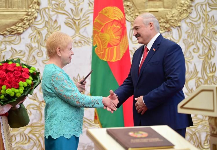 Александр Лукашенко принимает поздравления от председателя Центрально комиссии по выборам Лидии Ермошиной
