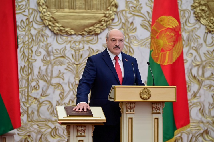 Александр Лукашенко произносит присягу во время инаугурации