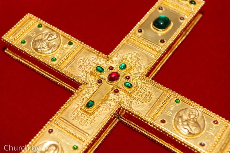 Оба креста выполнены из золота, с использованием драгоценных и полудрагоценных камней.