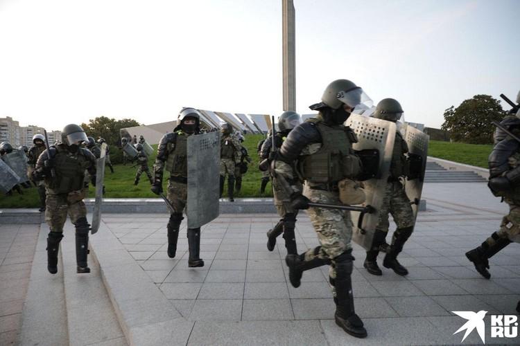 Белорусской милиции пришлось применить водометы.