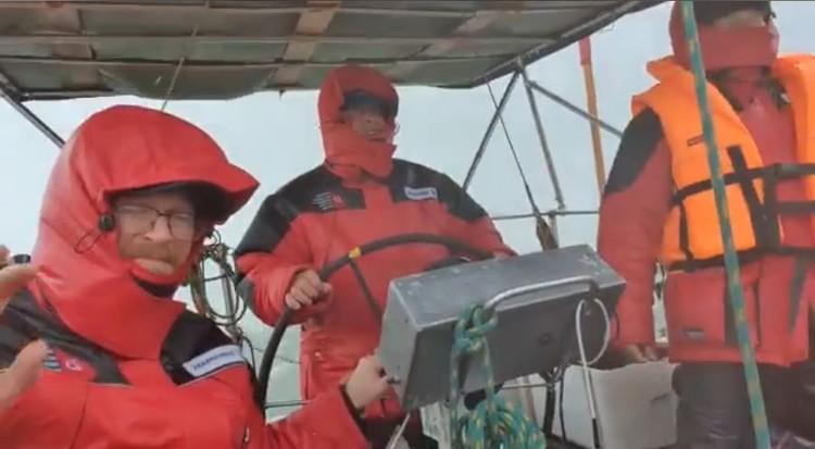 Команда яхты «Сибирь» два дня боролась со штормом. Фото: facebook Сергея Щербакова