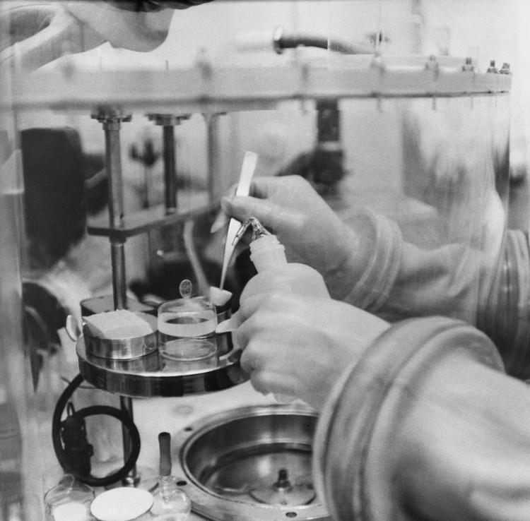 """Изучение лунного грунта, доставленного автоматической станцией """"Луна-16"""", в исследовательском боксе приемной лаборатории Академии наук СССР. Фото: Фотохроника ТАСС"""