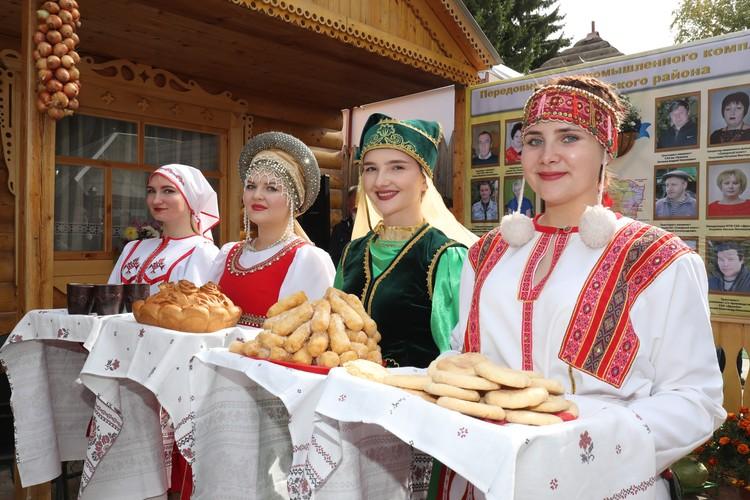 Почетных гостей в каждом павильоне встречали хлебом-солью. Фото: Светлана ОСЬМАЧКИНА