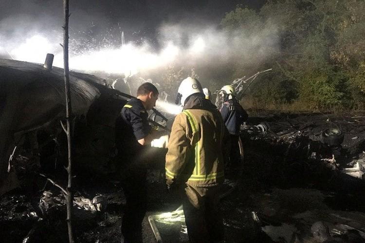 Два человека, которым удалось выжить, сумели выпрыгнуть из самолёта на низкой высоте.