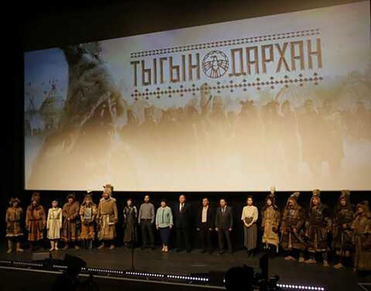 25 сентября глава Якутии Айсен Николаев посетил предпремьерный показ национального художественного фильма «Тыгын Дархан». Фото: пресс-служба главы Якутии