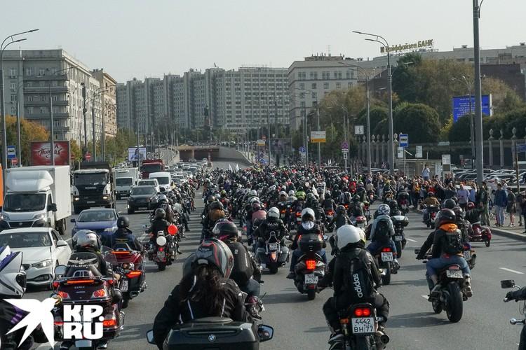 Автомобилисты встречали байкеров клаксонами. Жаль, фотография не передает звук. Фото: Михаил ПАНТЕЛЕЕВ