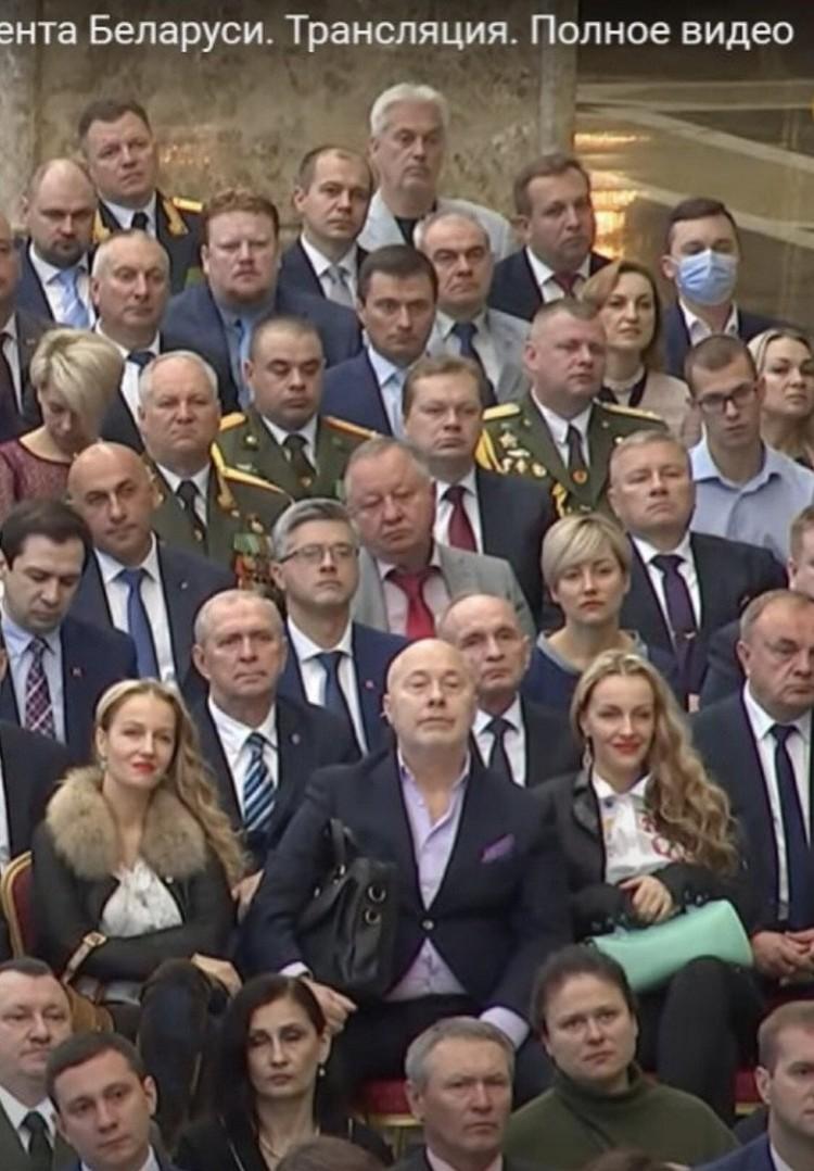 4. Во время инаугурации Александр Солодуха сидел между певицами сестрами Груздевыми. Кадр видео.