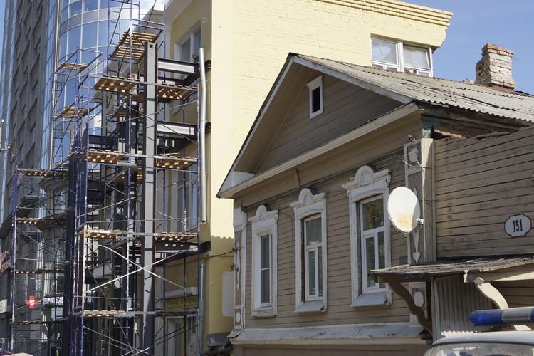 Фасад укрепили металлическими лесами