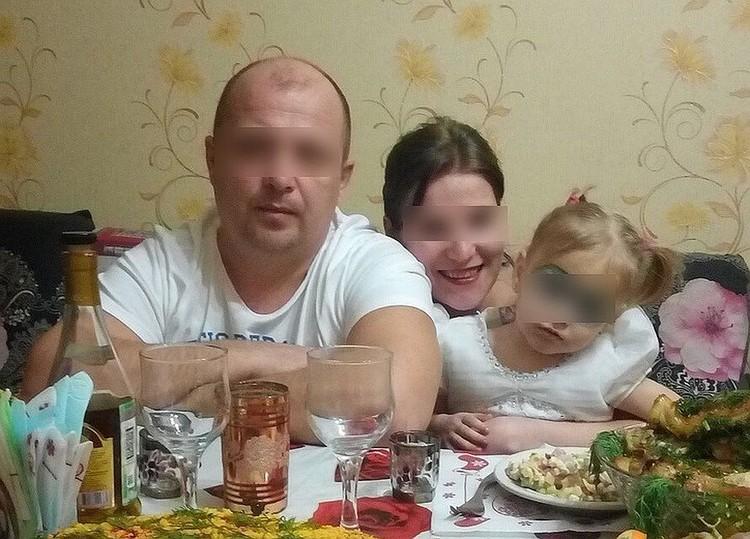 Свидетели говорят, что малышку бил не только отчим, но и мама. На этом фото грим маскирует синяки под глазами малышки