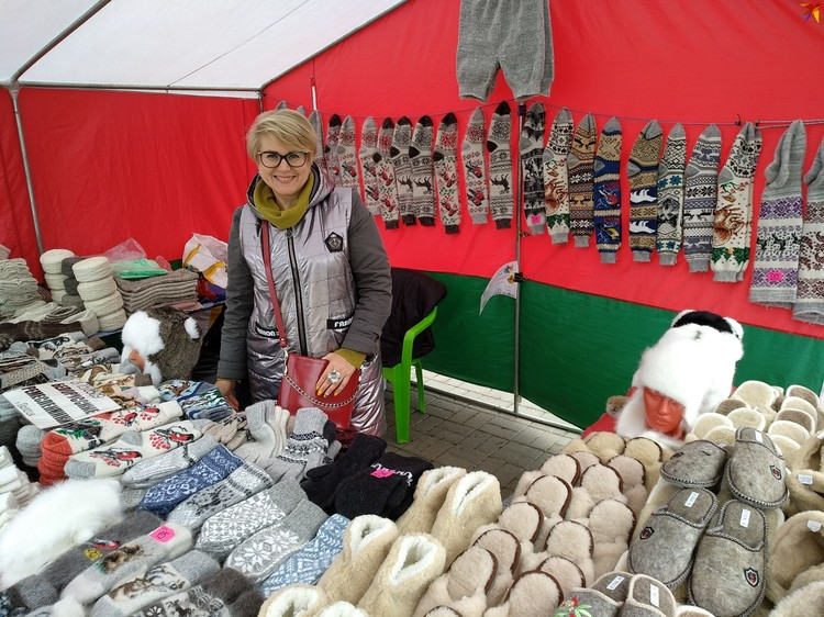 Инна торгует изделиями из собачьей шерсти