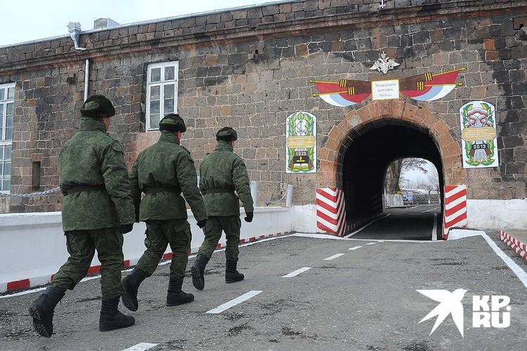 Российские военнослужащие у ворот 102-й воинской части в Гюмри, зима 2013 г.