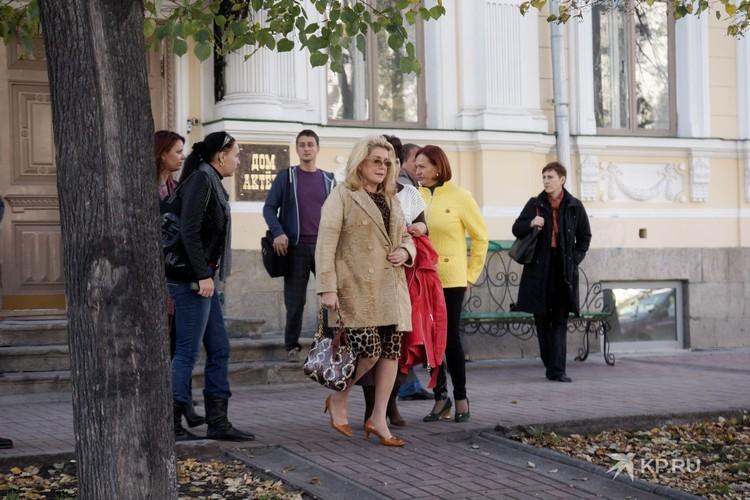 Актриса приехала по делам, но и погулять по Екатеринбургу успела.