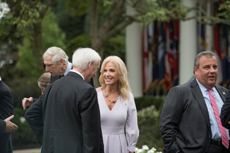 Бывшая советница Трампа в тот день общалась с множеством людей, большинство из них были без масок
