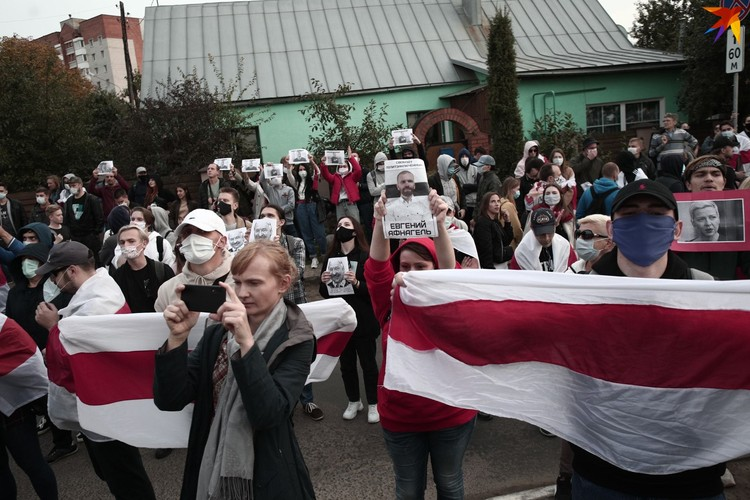 На Окрестина люди требовали выпустить тех, кто задержан за акции протеста.