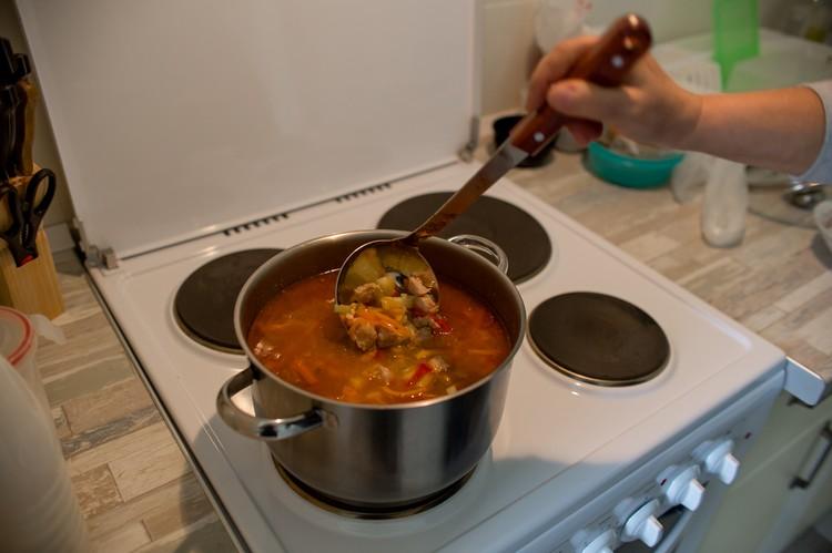 По второй профессии Анна технолог пищевого производства. Потому и решила взять на себя готовку, чтобы волонтеры не валились с голода во время работы.