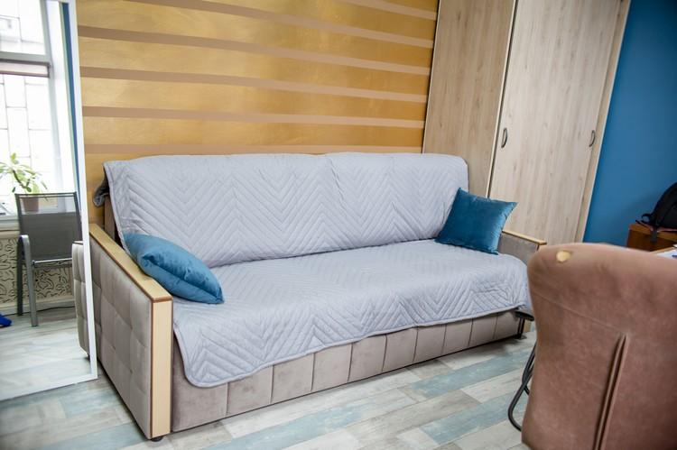 В кабинете у Евгения стоит диван, на котором ему приходится ночевать, когда много работы.