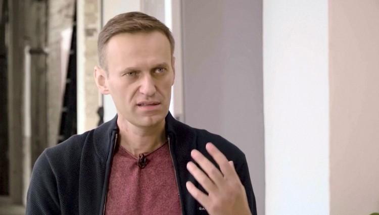 Навальный прекрасно себя чувствует, свободно изъясняется и жестикулирует. Странно, как минимум