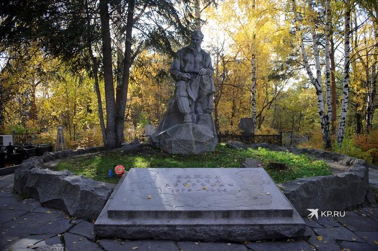 После смерти Бажова, его могила с памятником стала своеобразным центром Ивановского кладбища.