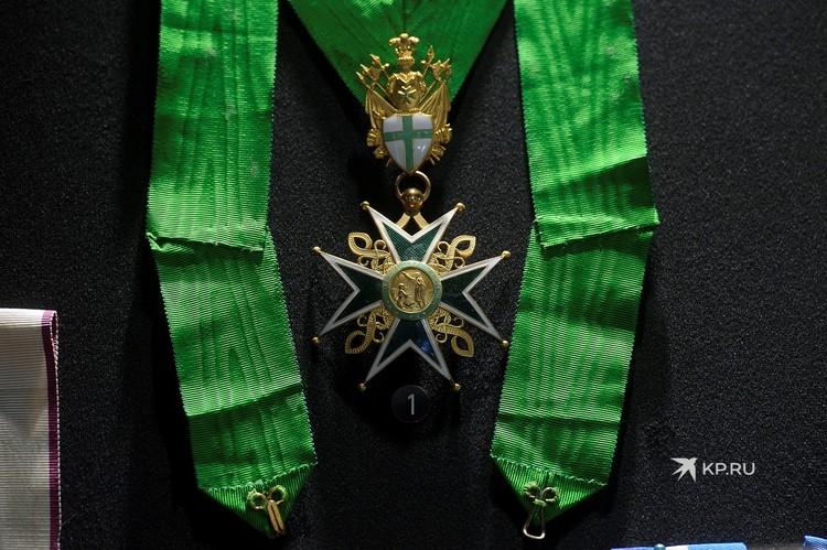 Здесь представлена уникальная коллекция орденов, медалей и холодного оружия.