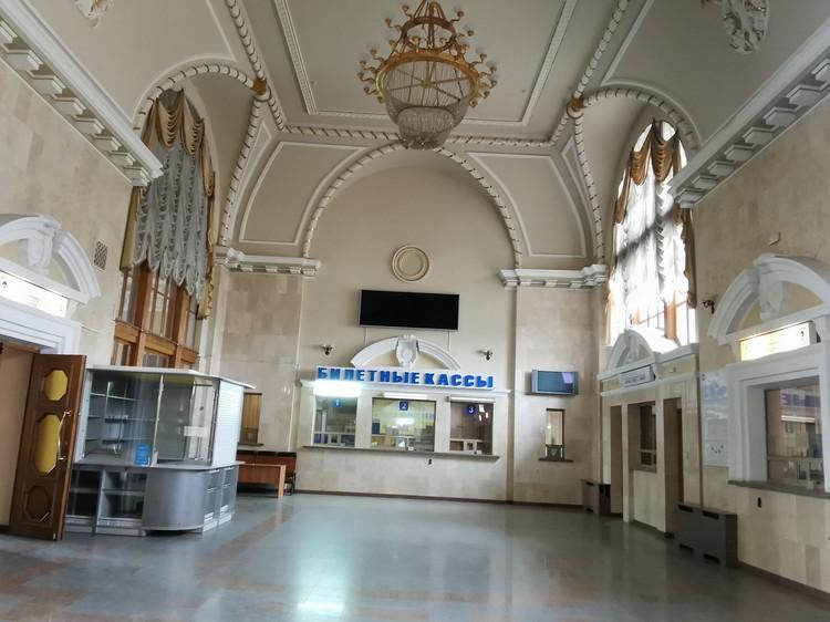 Когда-то этот вокзал напоминал улей, сейчас там гуляет эхо. Железную дорогу могло бы возродить сообщение с Россией