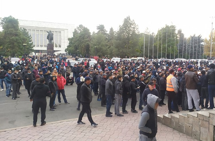 У Дома правительства митингуют около тысячи человек.