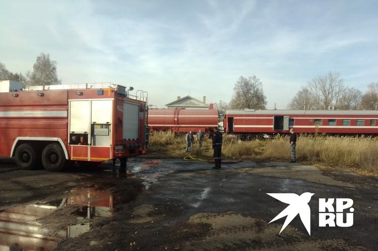 Пожарный поезд выполняет роль «матки», заправляет машины водой.