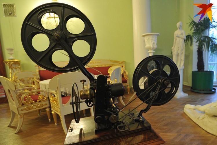 Старинный кинопроектор.