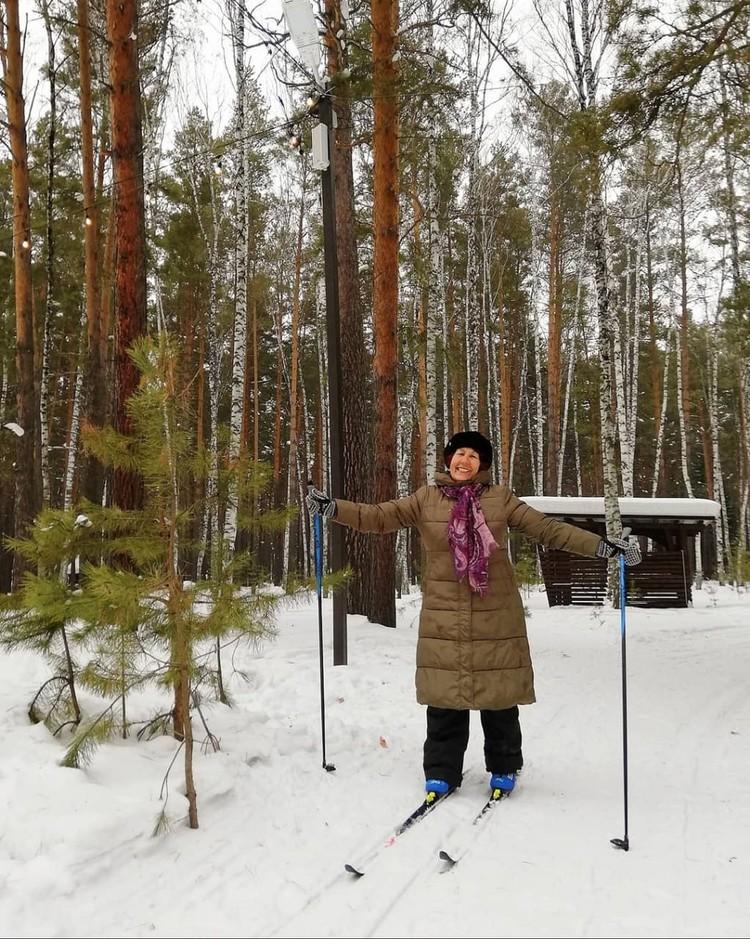 Сибирячка проходит на лыжах 10 километров. Фото: личный архив героя.