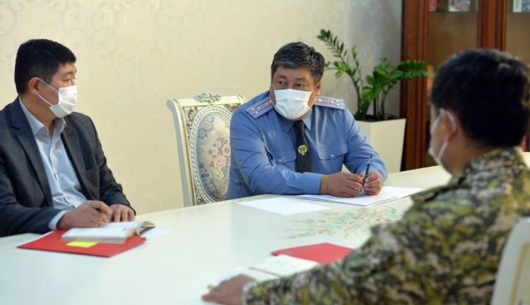 Комендант Бишкека (на фото в центре) предложить продлить режим ЧП в столице. А что говорит закон?