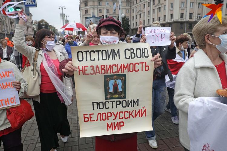 В руках протестующих плакаты.