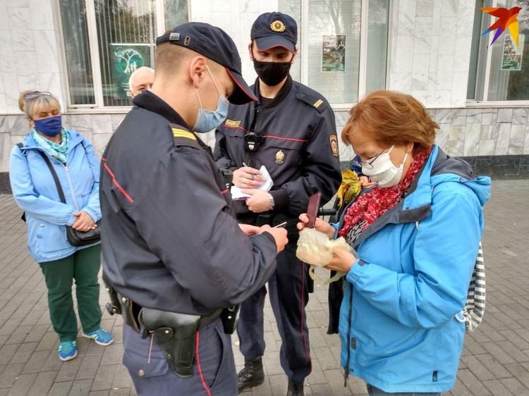 У пенсионеров сотрудники милиции проверяли документы.
