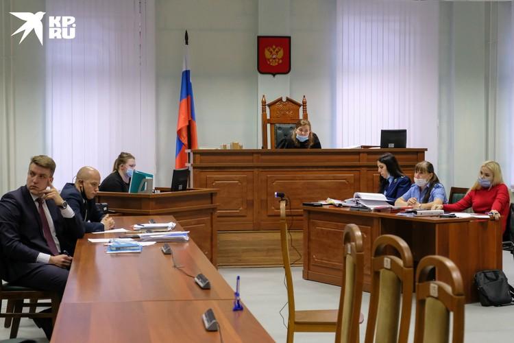 Два прокурора и адвокат семьи убитой аспирантки Ещенко с одной стороны и двое мужчин адвокатов Соколова и сам историк - с другой