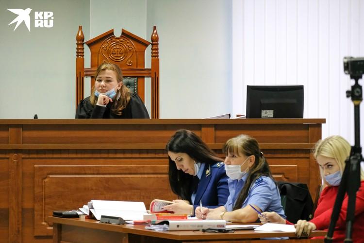 Судья внимательно слушала выступление Соколова