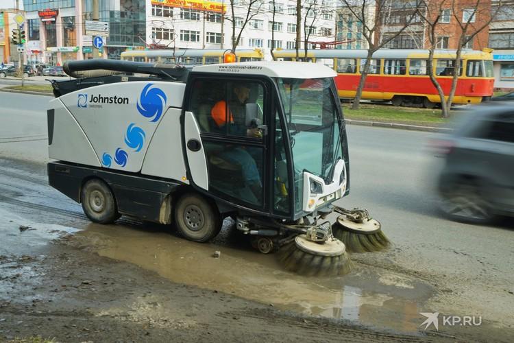 За чистотой на улицах города сейчас следят и вот такие машины.
