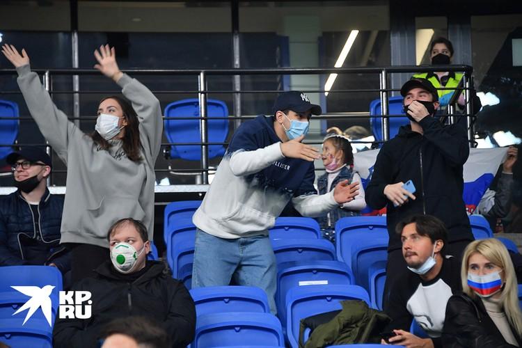 На матч на динамовском стадионе пустили зрителей к радости многих.