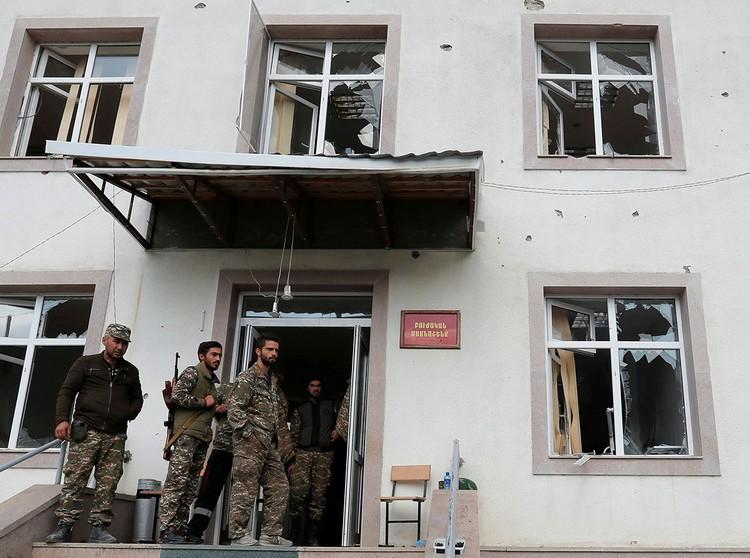 Армянские солдаты у больницы города Мартакерт, здание которой попало под обстрел во время обострения конфликта в Нагорном Карабахе.