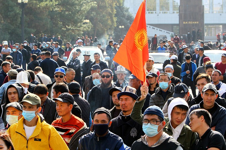 В Киргизии уже освистывают людей, посмевших на митинге говорить на русском