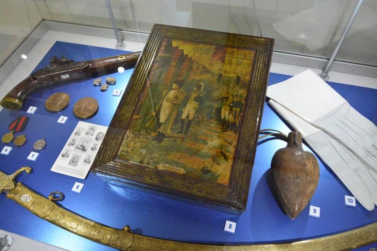 Коробка для конфет «Пожар Москвы» (1912 год). Справа –самодельная деревянная пороховница. Область войска Донского, 1800-1850 гг.