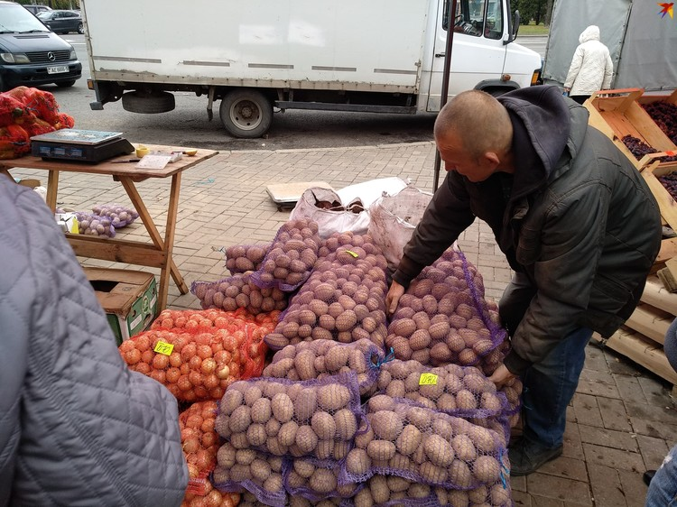 Картошку, естественно, готовы донести до машины бесплатно