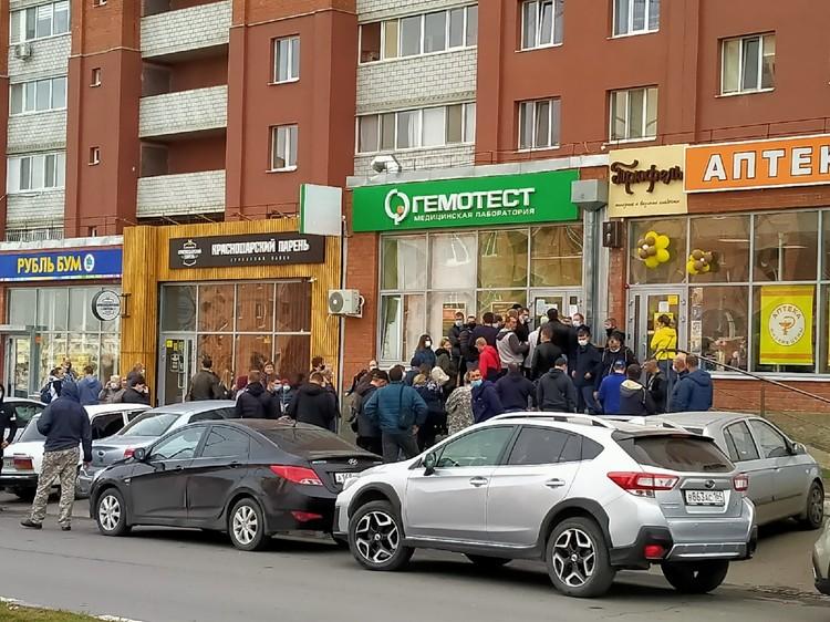 Желающим сдать тест на коронавирус придется подождать. Фото: Александр Березин