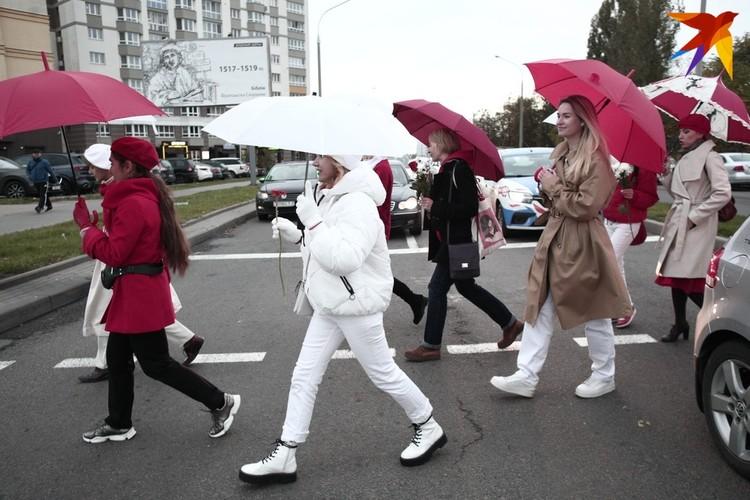 Девушки были одеты в одежду бело-красных цветов