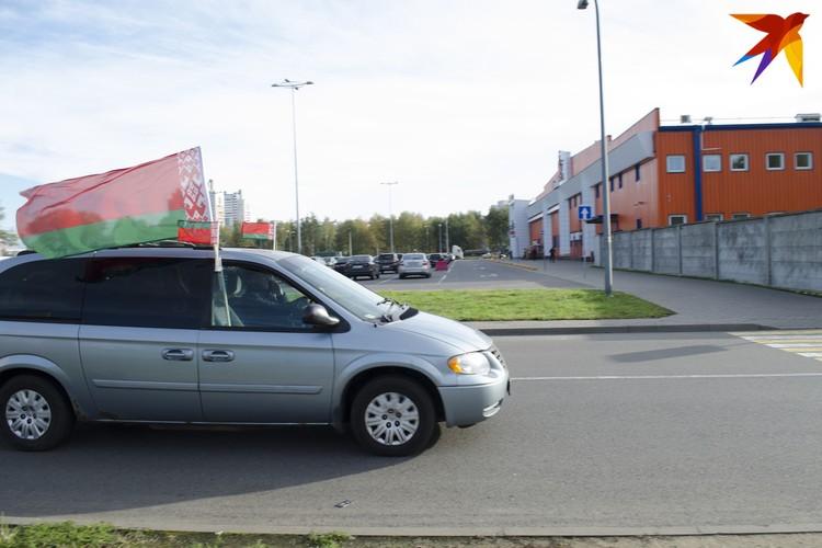 """Автопробег """"За единую Беларусь"""" проходит под красно-зеленым флагом. Фото: Екатерина Толочко"""