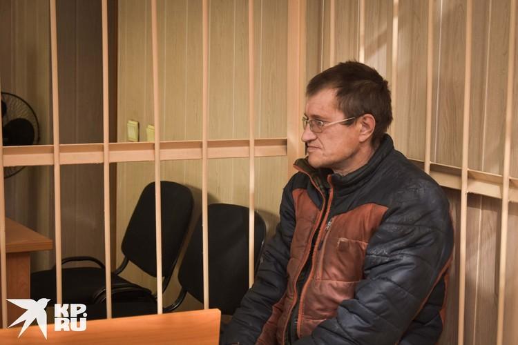 Отец погибших детей на суде. На следствии он признал вину, но во время заседания стал отказываться от своих слов.