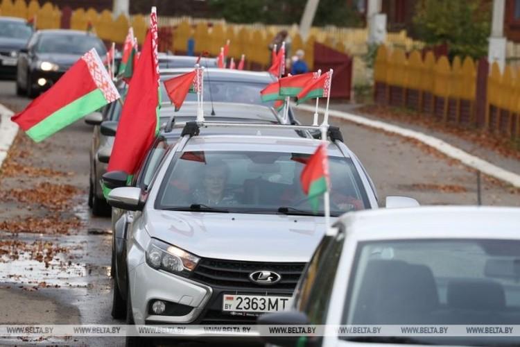 В автопробег участники акции взяли с собой флаги. Фото: belta.by