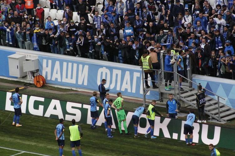 Недовольные болельщики требовали тренера на разговор. С ними пообщался капитан Азат Байрыев.