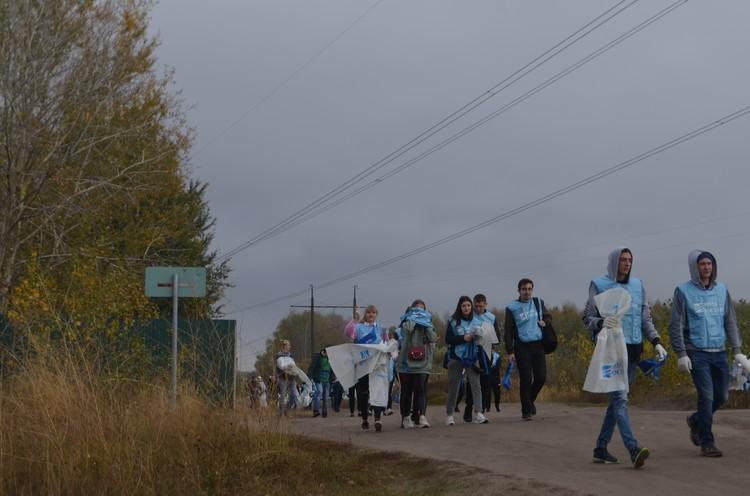 Волонтеры, представители администрации и гости отправляются на очистку берегов